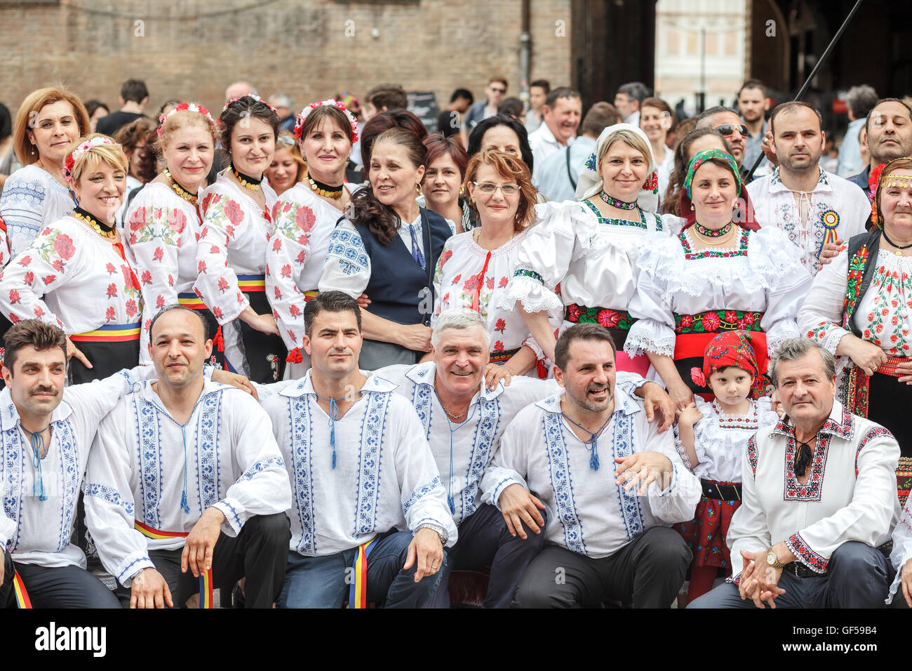 Romanian people wearing traditional romanian blouse 'ie' celebrating the international day of romanian blouse - Stock Image