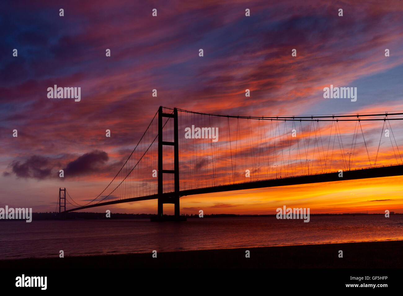 The Humber Bridge at sunrise. The bridge links Barton-upon-Humber in North Lincolnshire to Hessle in East Yorkshire. - Stock Image