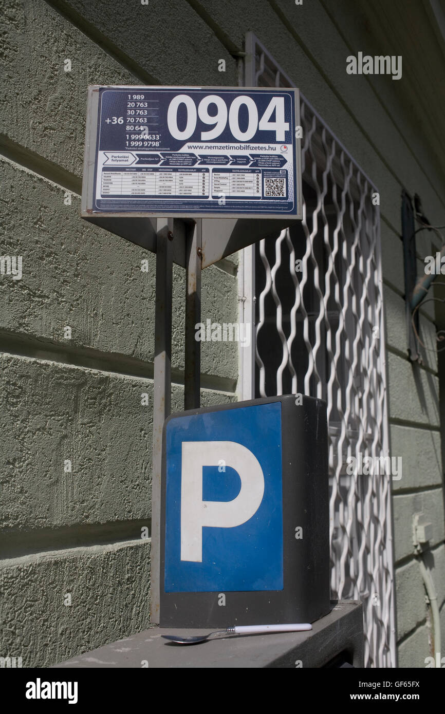 Parking meter and explanatory notice on Tompa Utca in District IX - Stock Image