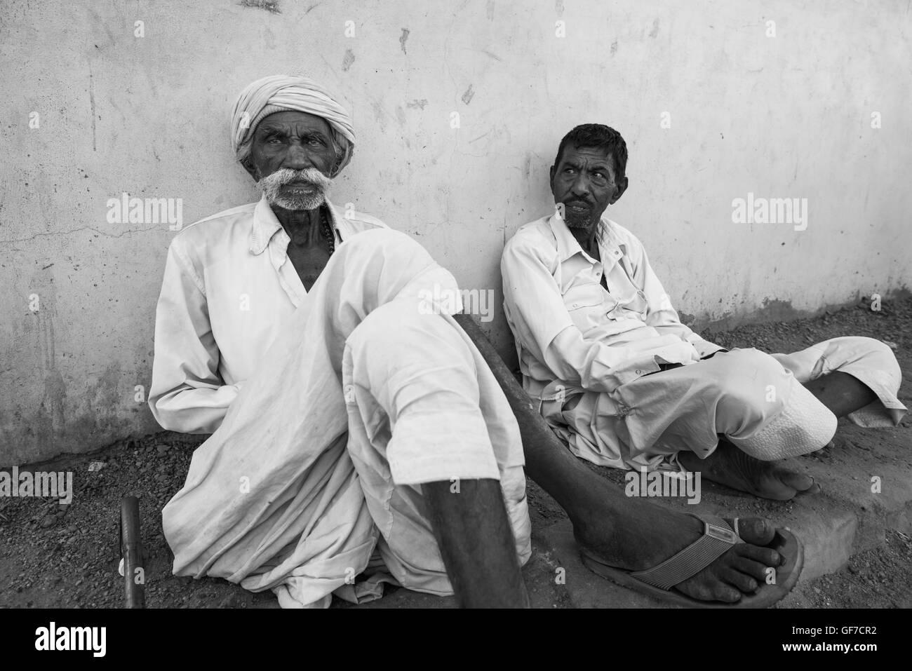 Elderly rabari men chilling in the shade in the afternoon heat. Bhujodi village, Bhuj area, Kutch, Gujarat, India - Stock Image