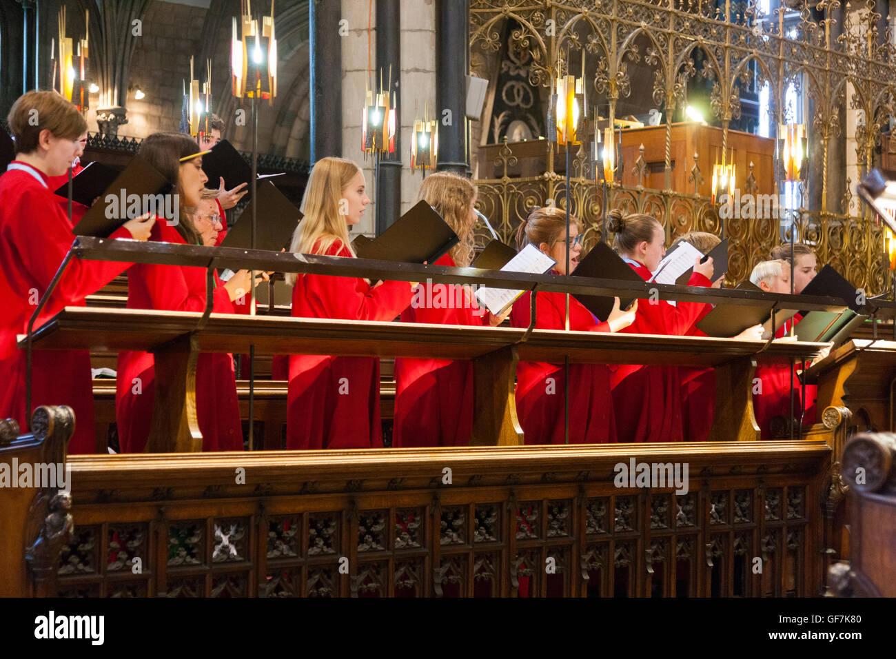 Visiting choir from USA singing / choristers sing / chorister sings / practises / choirs pracising at  Worcester - Stock Image