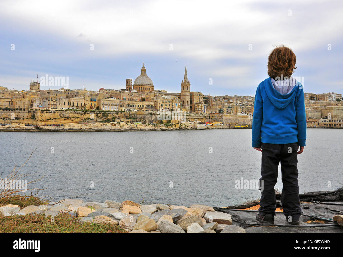 Young traveller looking at panorama of Valletta, Malta - Stock Image