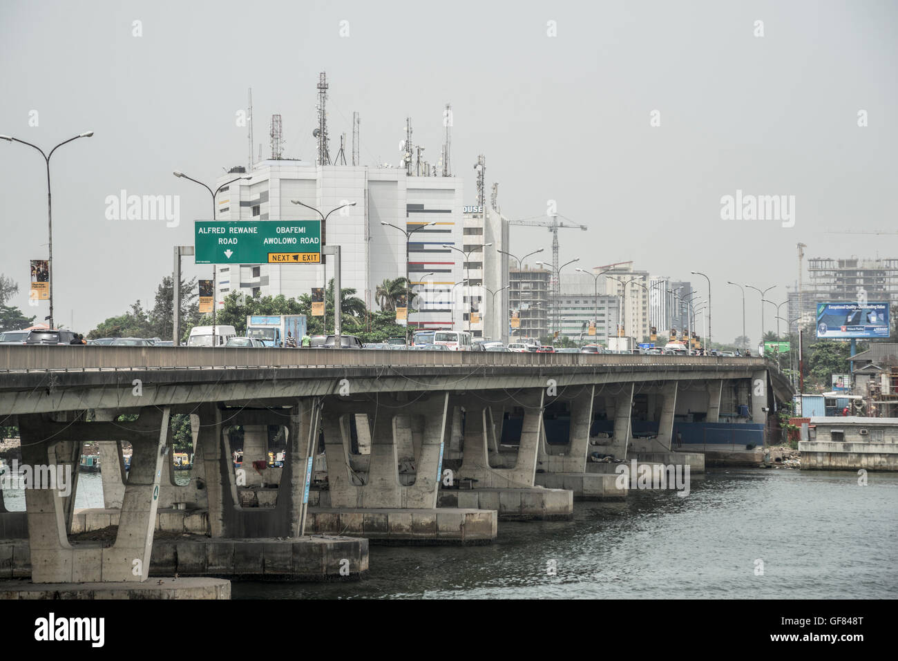 Falomo Bridge between Victoria Island and Lagos Island, Lagos, Nigeria, West Africa. - Stock Image