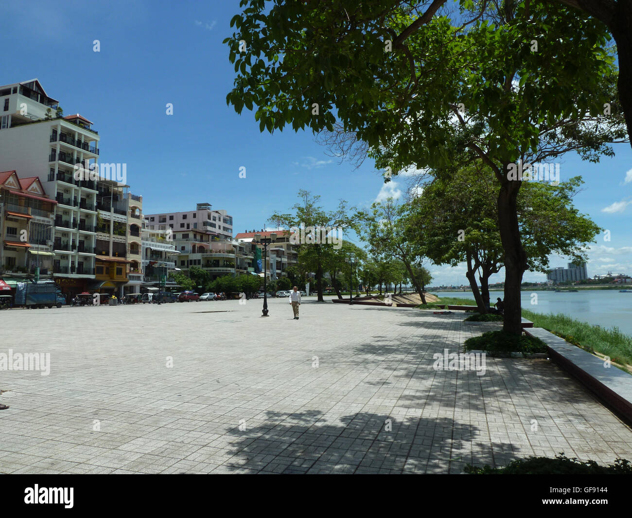 Along the bank of the Mighty Mekong river...and the promenade in Phnom Penh, great meeting place for friends and - Stock Image