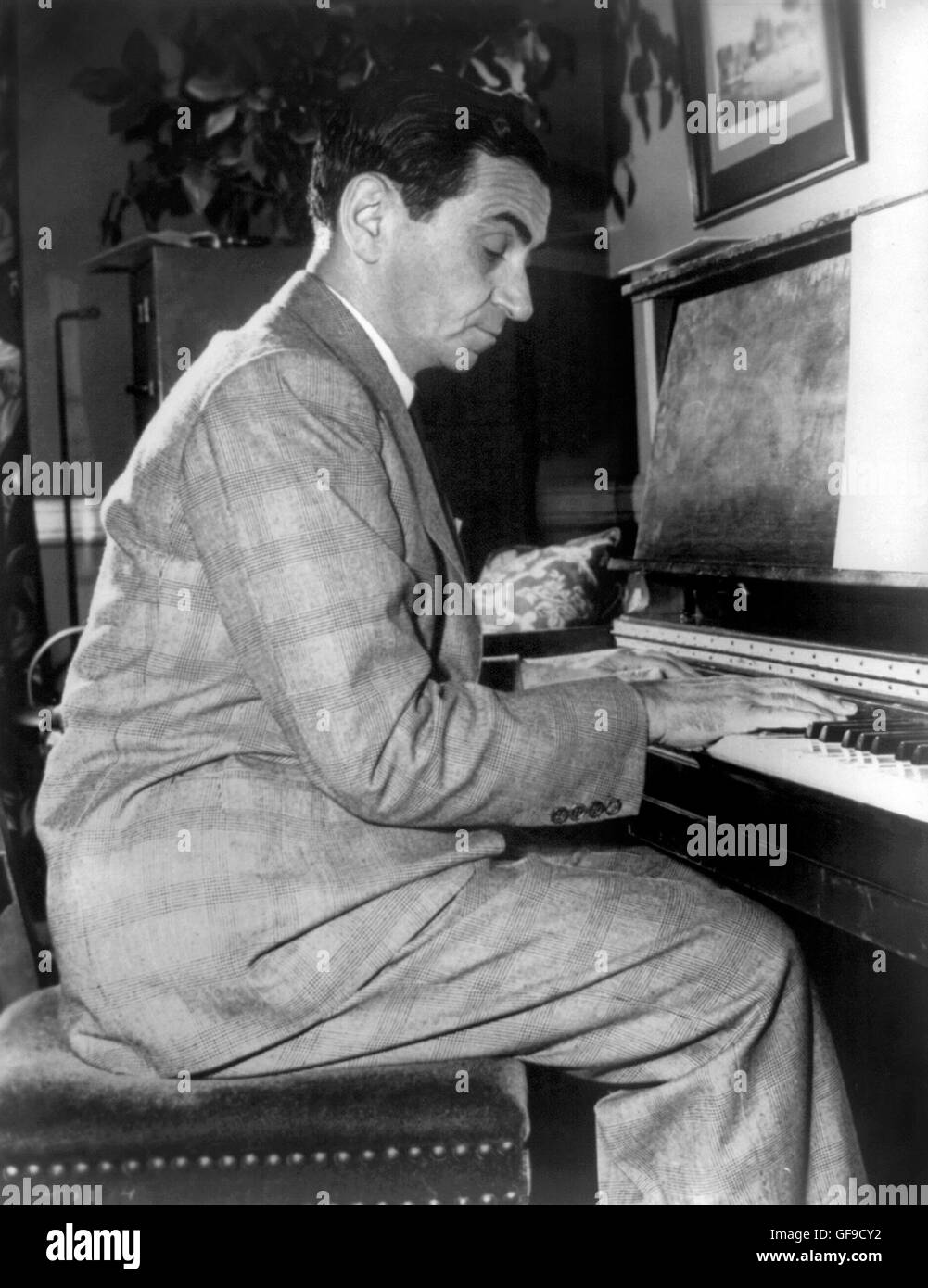 Irving Berlin playing the piano. Portrait of the American composer and lyricist, Irving Berlin (1888-1989) c.1948. - Stock Image
