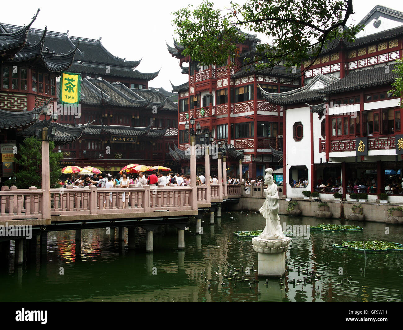 The Bridge of Nine Turnings and Húxin Tíng teahouse in Nánshì, the oldest district of Shanghai, - Stock Image