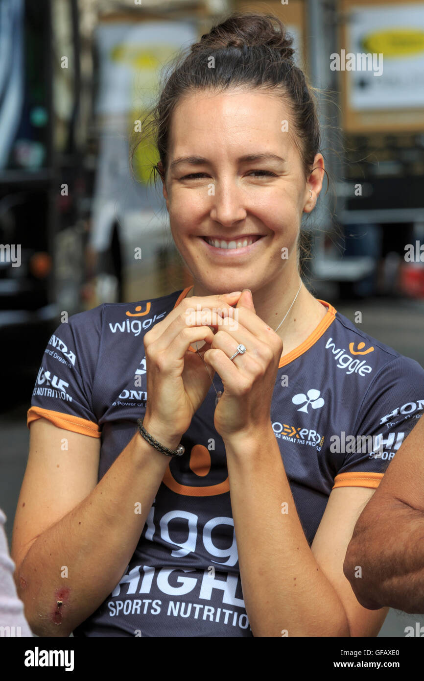 London, UK, 30 July 2016. Prudential RideLondon Classique. Dani King (Wiggle High5) chats to friends ahead of the Stock Photo
