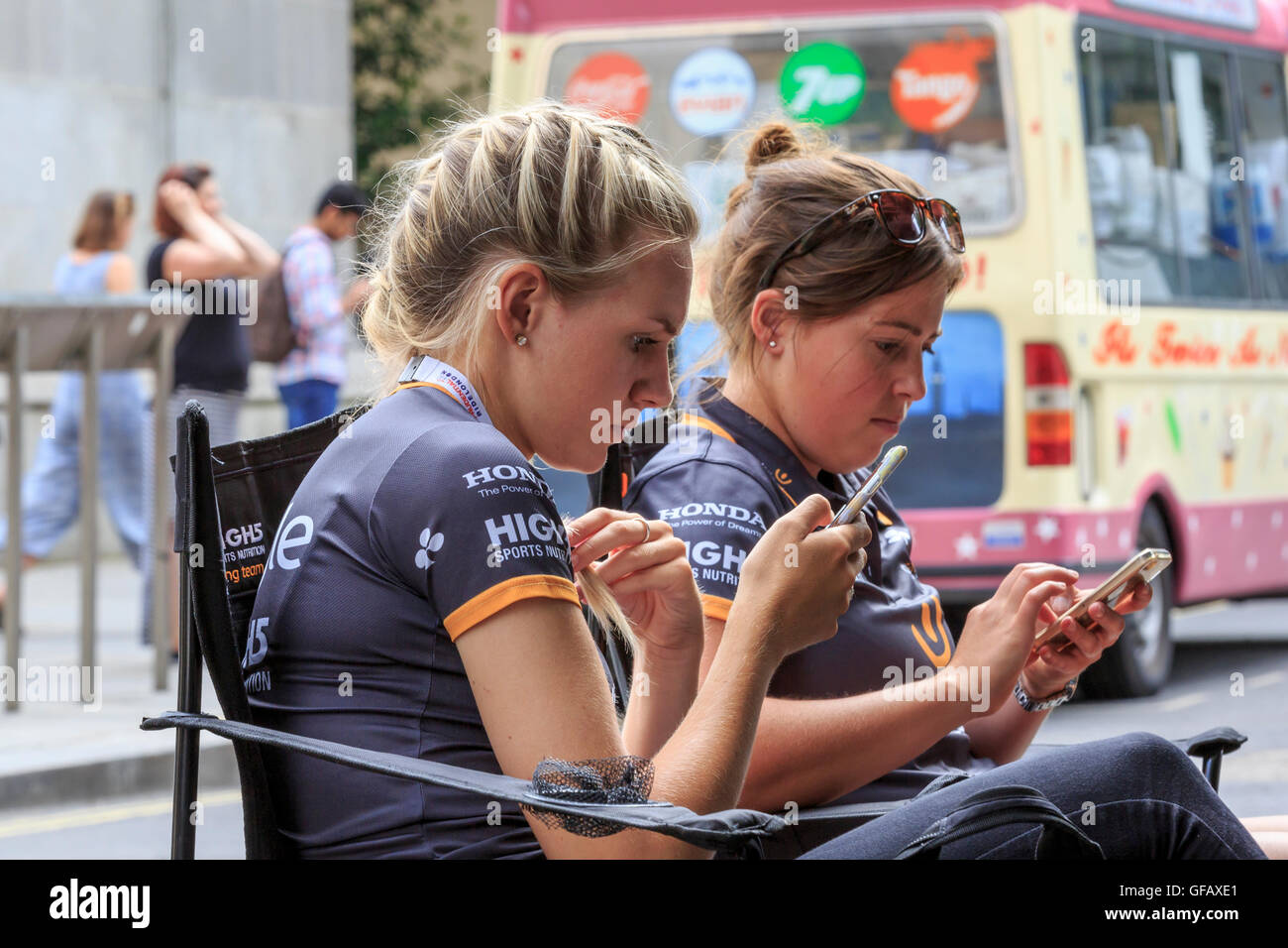 London, UK, 30 July 2016. Prudential RideLondon Classique. Amy Pieters (left) and Chloe Hosking (right) of Wiggle Stock Photo