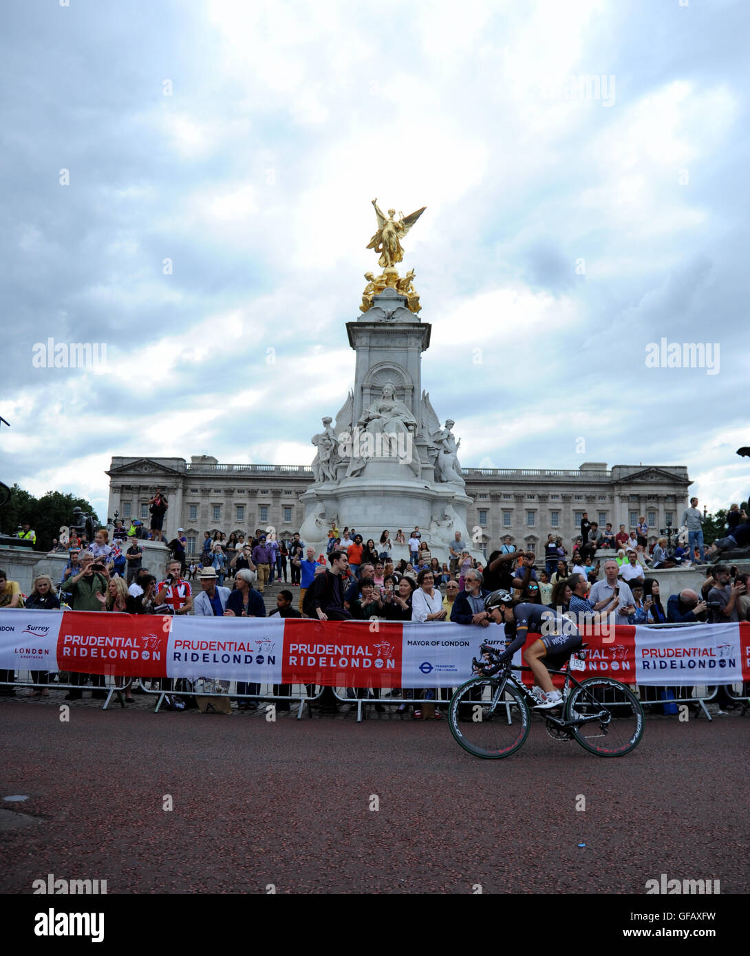 Central London, UK, 30th July 2016. Prudential RideLondon Classique. Dani King of Team Wiggle High5 passes Buckingham Stock Photo