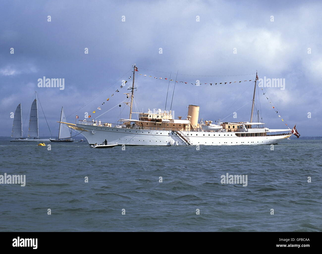 AJAXNETPHOTO. 19TH AUGUST, 2001, COWES, ENGLAND. - DANISH ROYAL YACHT - HDMY DANNEBROG DRESSED OVERALL, ANCHORED - Stock Image