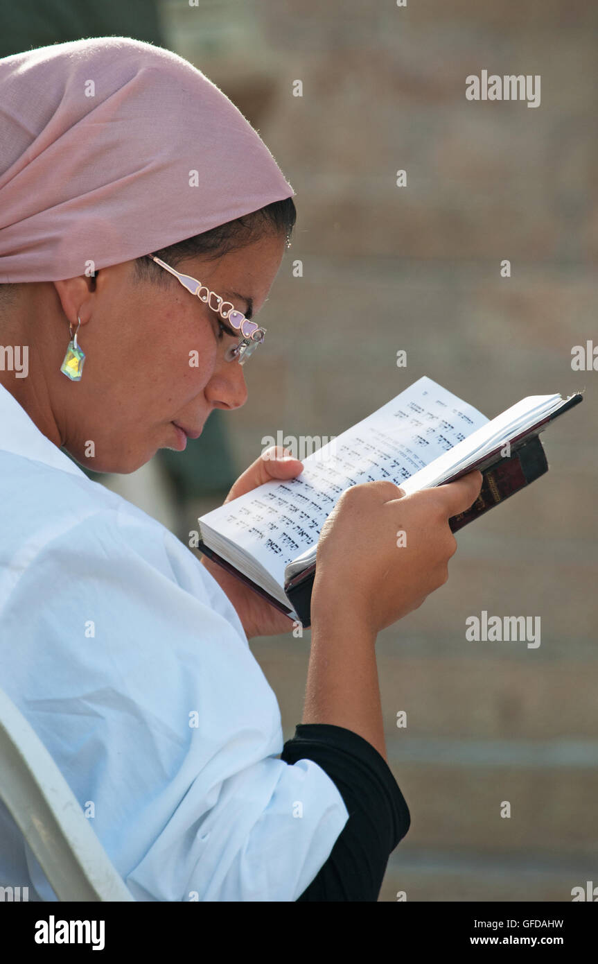Jerusalem, Israel: an Orthodox Jew woman reading the Torah in the Old City near the Western Wall (Wailing Wall or - Stock Image