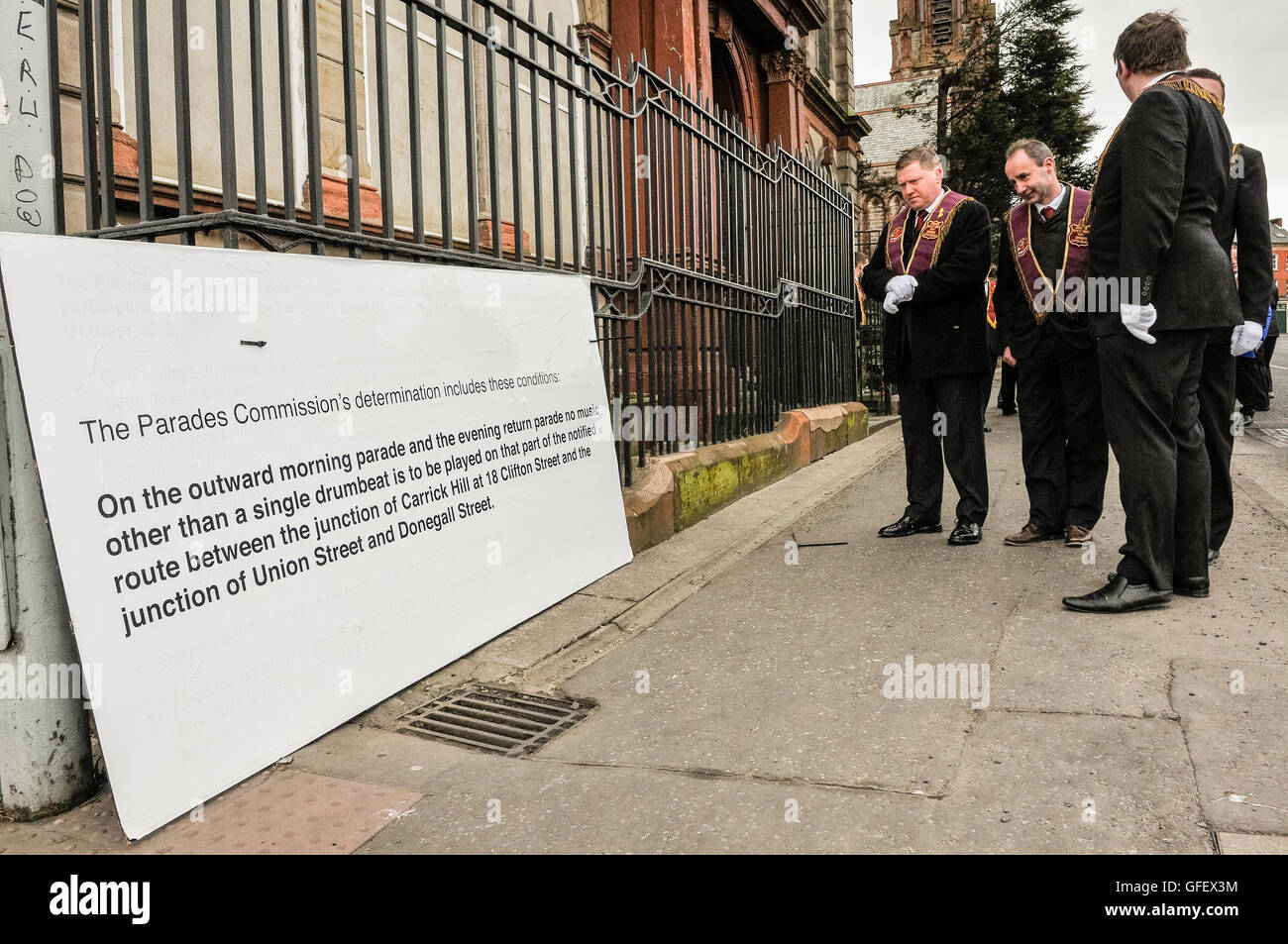 1st April 2013, Belfast, Northern Ireland. Apprentice Boys lodge members read a sign placed by police outside an - Stock Image