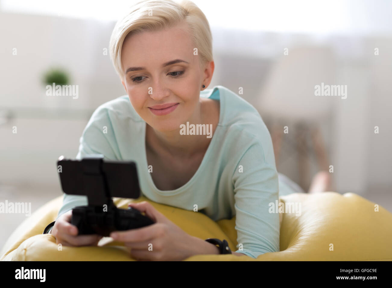 Woman playing games on the smartphone - Stock Image