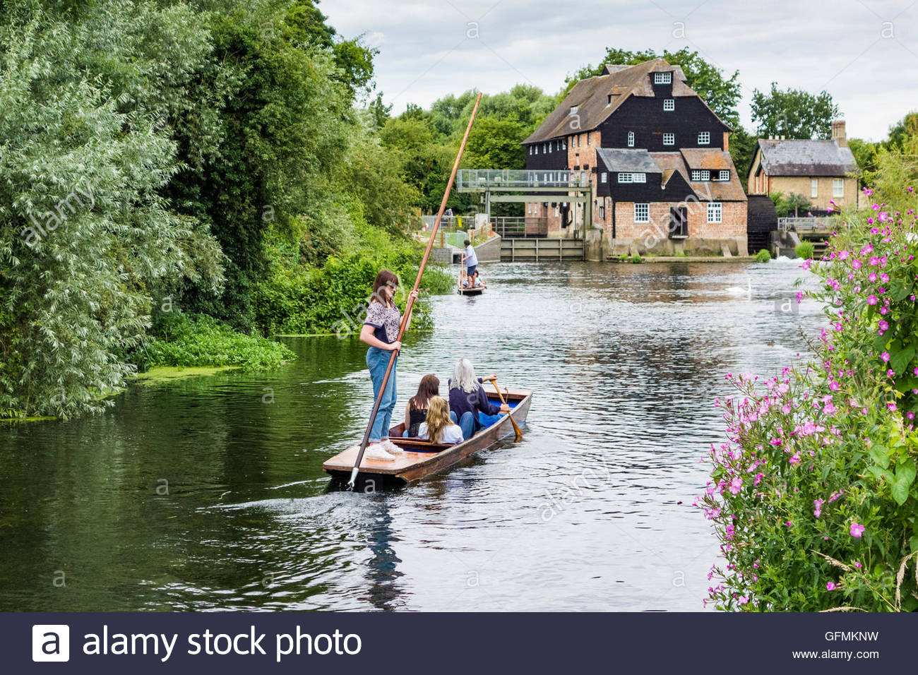 Houghton, Cambridgeshire, UK. 31st July, 2016. A group of girls punting on the River Great Ouse, in sight of Houghton - Stock Image