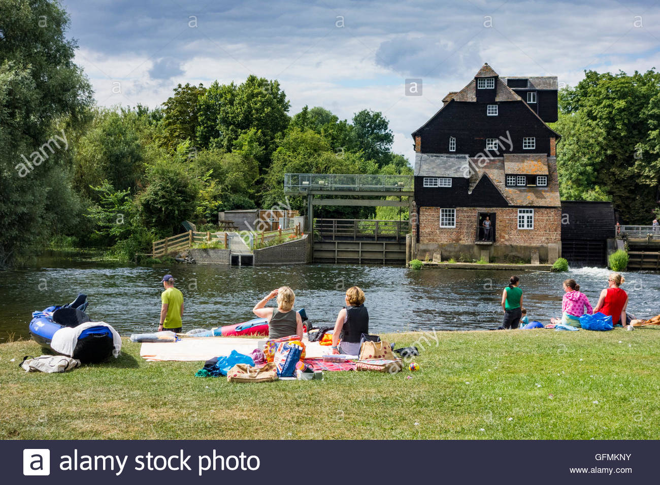 Houghton, Cambridgeshire, UK. 31st July, 2016. People picnicking by the River Great Ouse, in sight of Houghton Water - Stock Image
