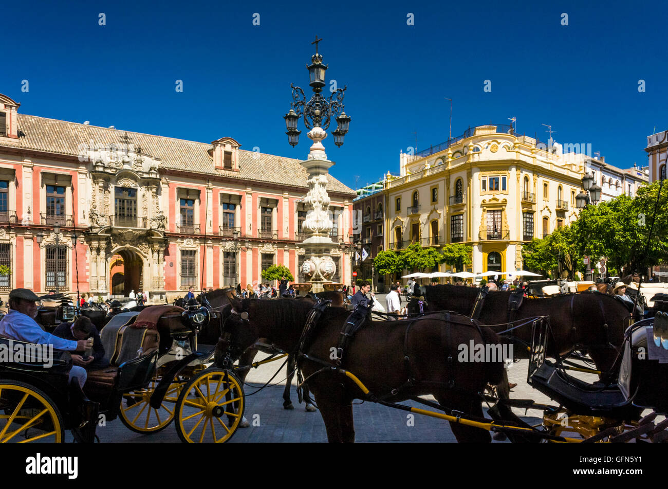 Horse drawn carriages Calle Mateos Gago, Seville, Spain - Stock Image