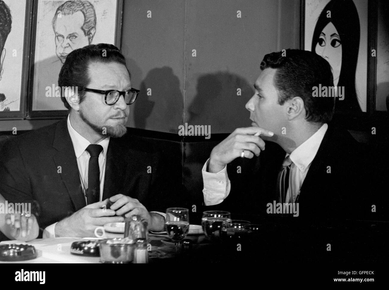Les Crane and Alfred Drake at Sardi's Restaurant in midtown Manhattan. - Stock Image