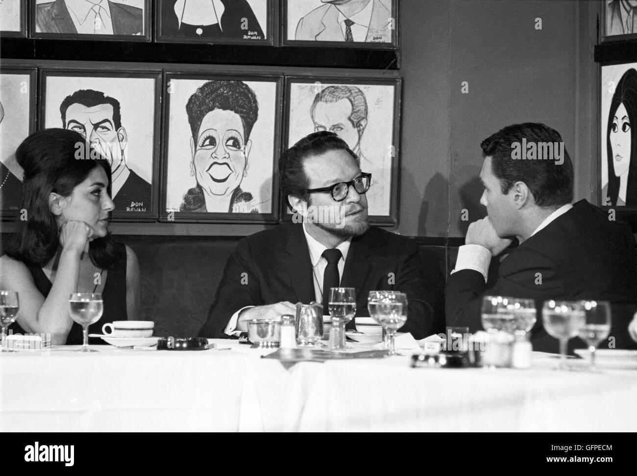 Les Crane, Alfred Drake, and Georgia Brown at Sardi's Restaurant in midtown Manhattan - Stock Image
