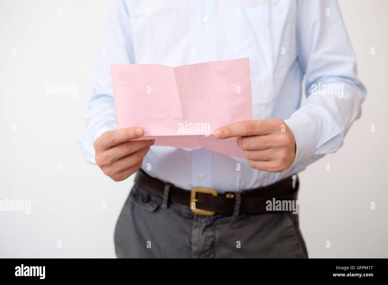 Business man reads the notice of job termination - Stock Image