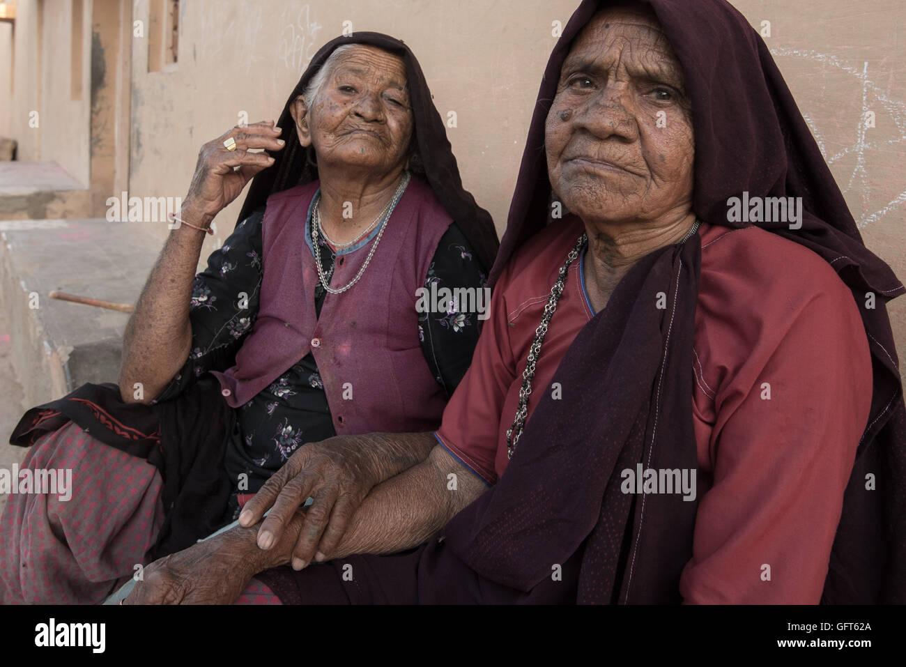 Elderly village women posing in the afternoon heat. Bhujodi, Bhuj Area, Kutch, Gujarat, India. - Stock Image