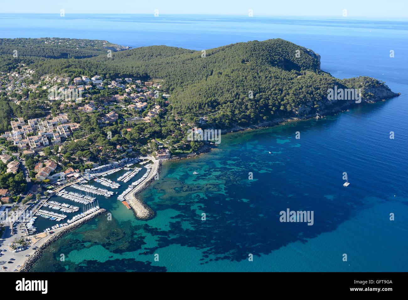 SMALL MARINA AND WOODY PENINSULA (aerial view). La Madrague Marina, Saint-Cyr-sur-Mer, Var, Provence, France. Stock Photo