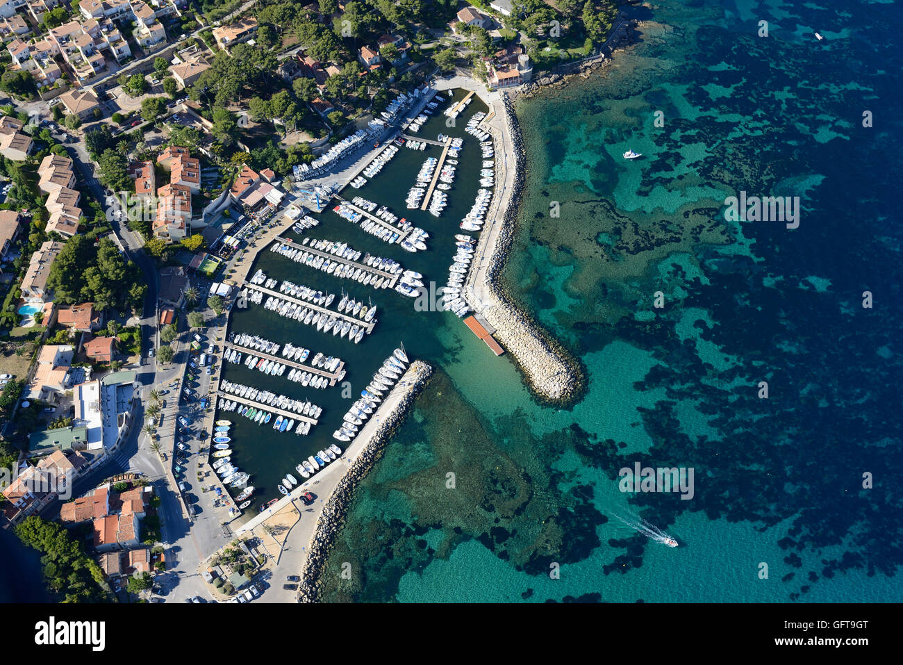 SMALL MARINA WITH COLORFUL SEABED (aerial view). La Madrague Marina, Saint-Cyr-sur-Mer, Var, Provence, France. - Stock Image