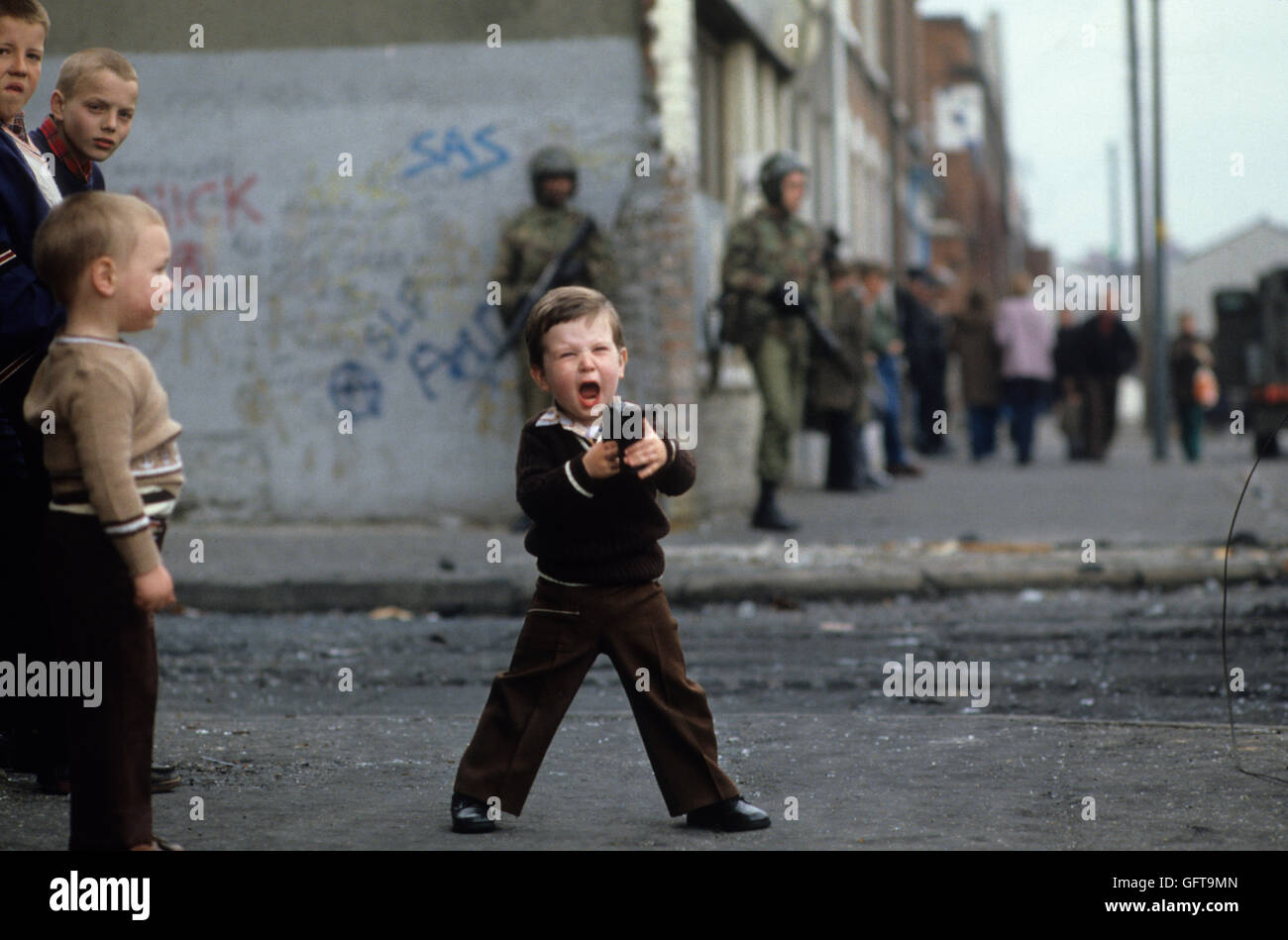 Kids playing guns, 1980s HOMER SYKES ARCHIVE - Stock Image