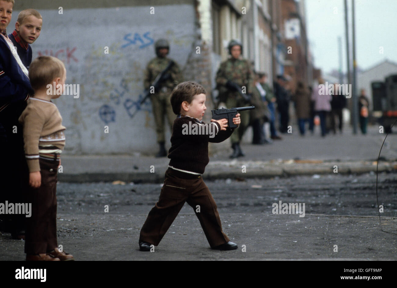 Kids children playing guns, during The Troubles Belfast Northern Ireland  1980s HOMER SYKES ARCHIVE - Stock Image
