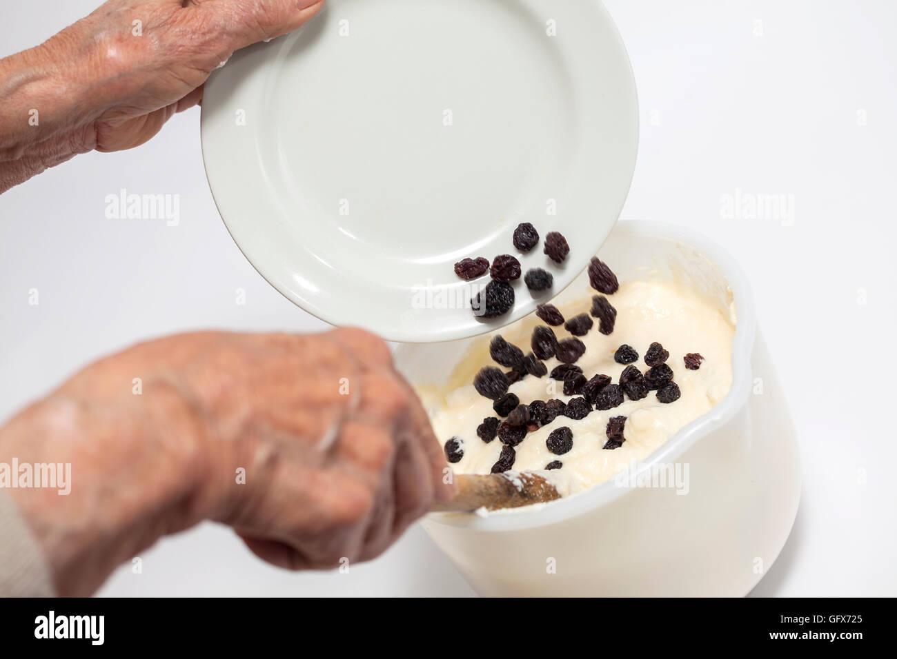 Adding raisins to the topfen füllen filling - Stock Image