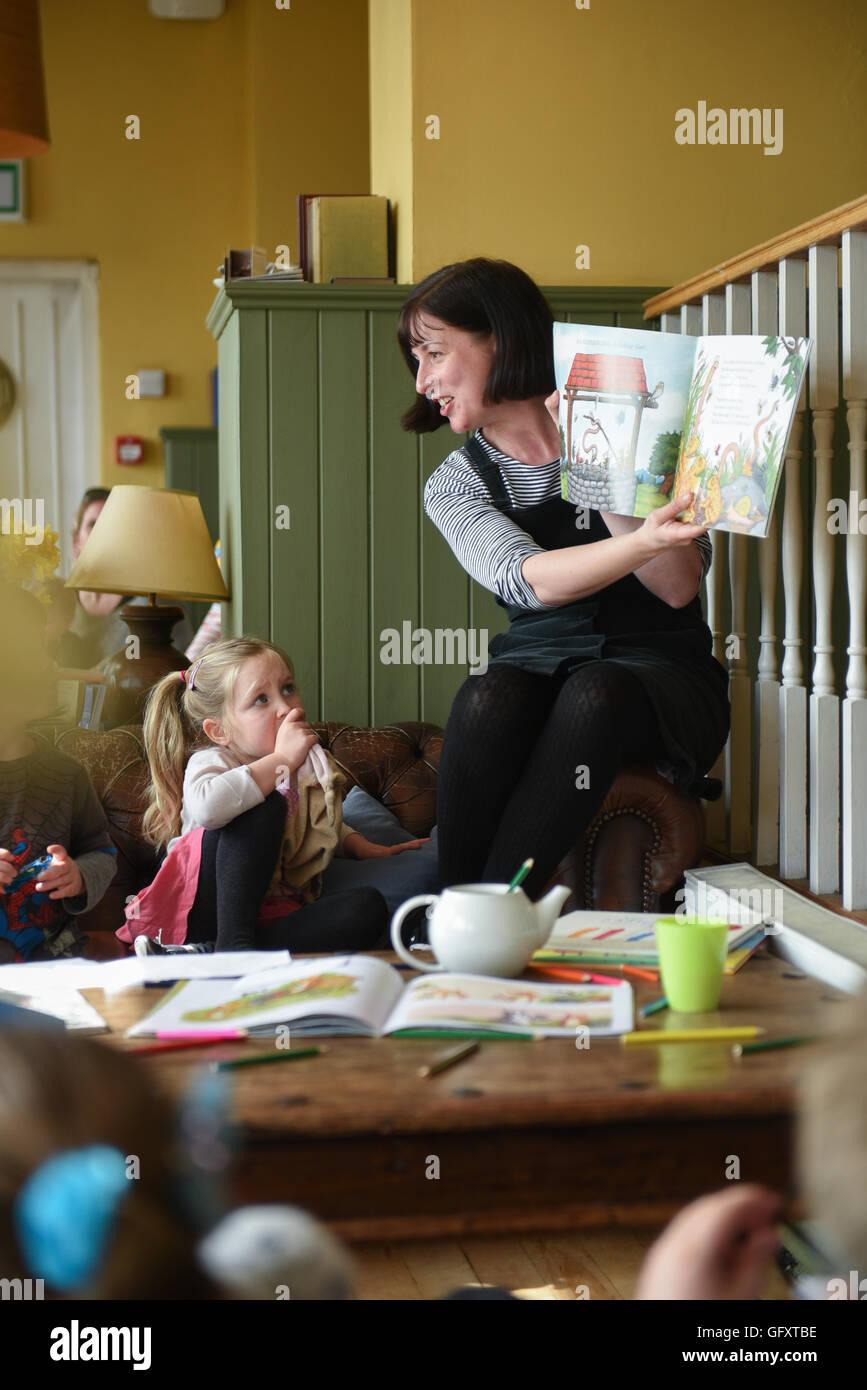 Storytelling Children Stock Photos & Storytelling Children