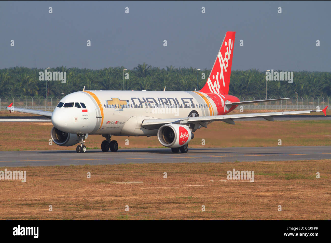 Kuala Lumpur/Malaysia Februar 10, 2015: Airbus A320 from Air Asia Airliners landing with special 'chevrolet' - Stock Image