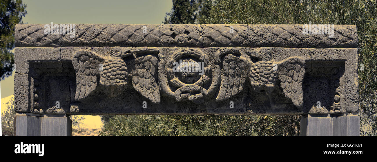 5908. Lintel of a 3-4th. C. synagogue in eastern Galilee. Black basalt stone depicting two eagles supporting  a - Stock Image