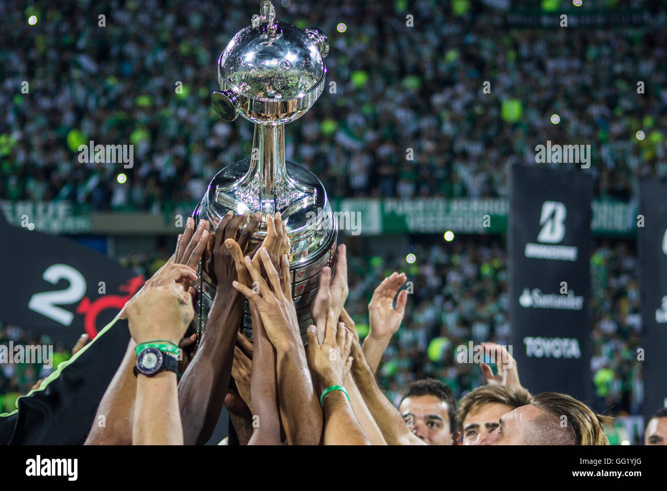 Players of Atletico Nacional lift the trophy after a second leg final match between Atletico Nacional and Independiente - Stock Image