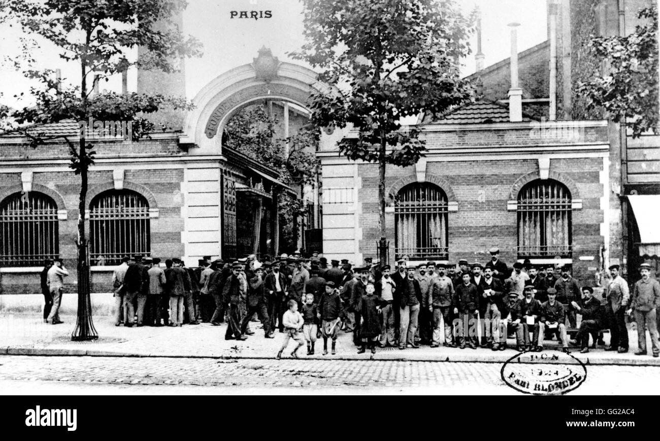 Workers outside their factory in Paris 1909 France - Stock Image