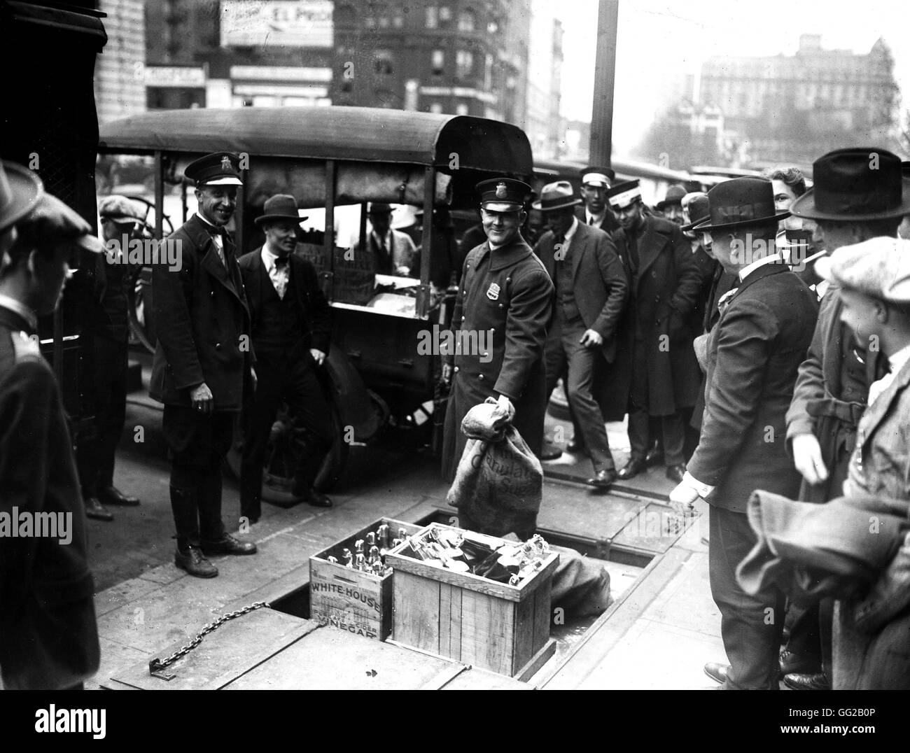 During the Prohibition: the police has seized bottles of alcohols and hide them in the government's cellar. - Stock Image
