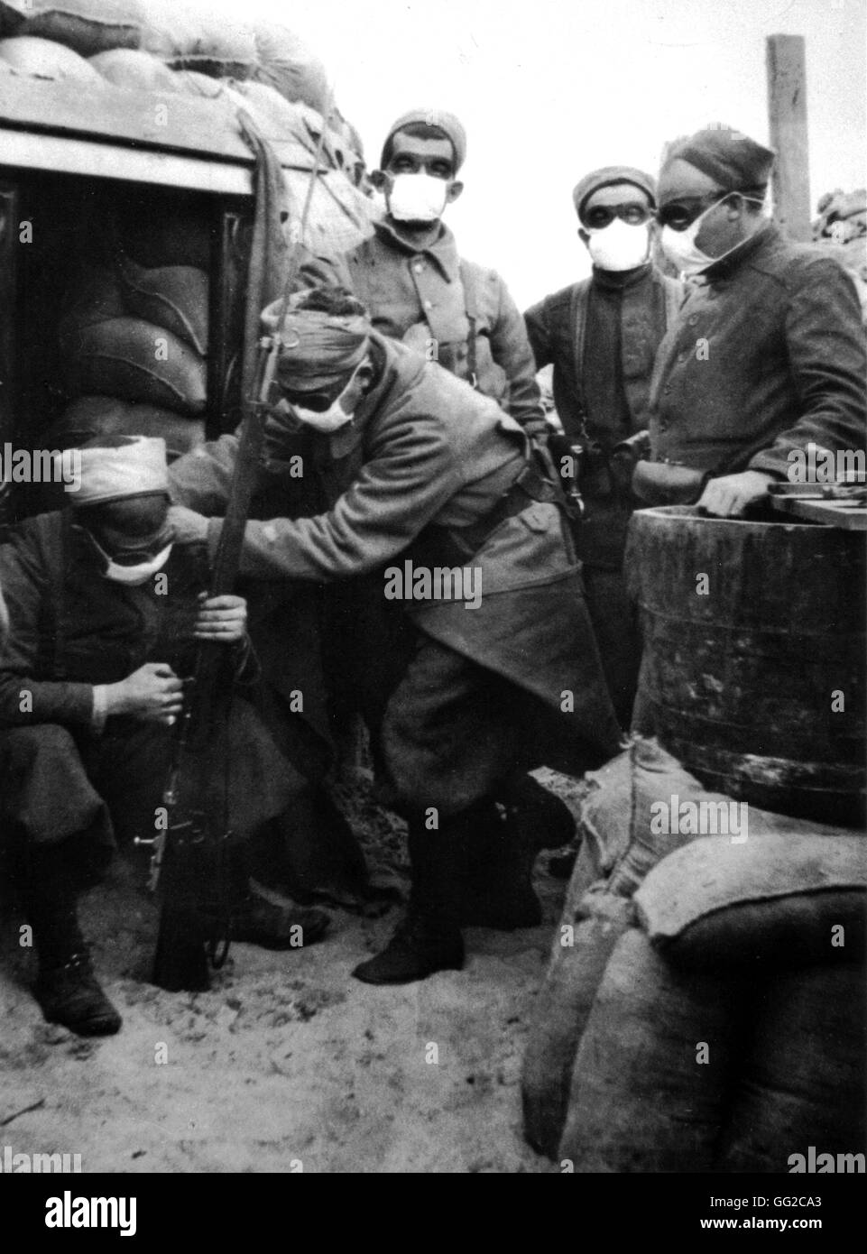 In a French trench at Nieuport. Zouaves equipped with masks against poison gases Juin 1915 France - World War I - Stock Image