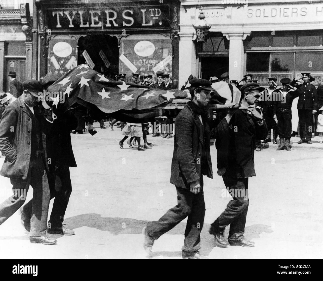 American flag covering the coffin of an American soldier killed in the torpedoing of the Lusitania United States, - Stock Image