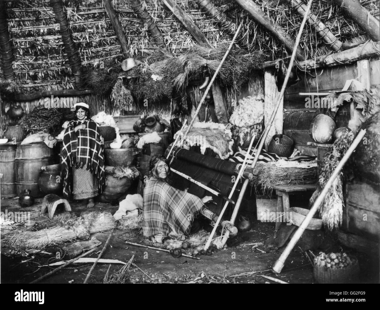 South of Chile, Araucans tribe, women weaving c.1895-1900 Chile Paris. Bibliothèque nationale - Stock Image