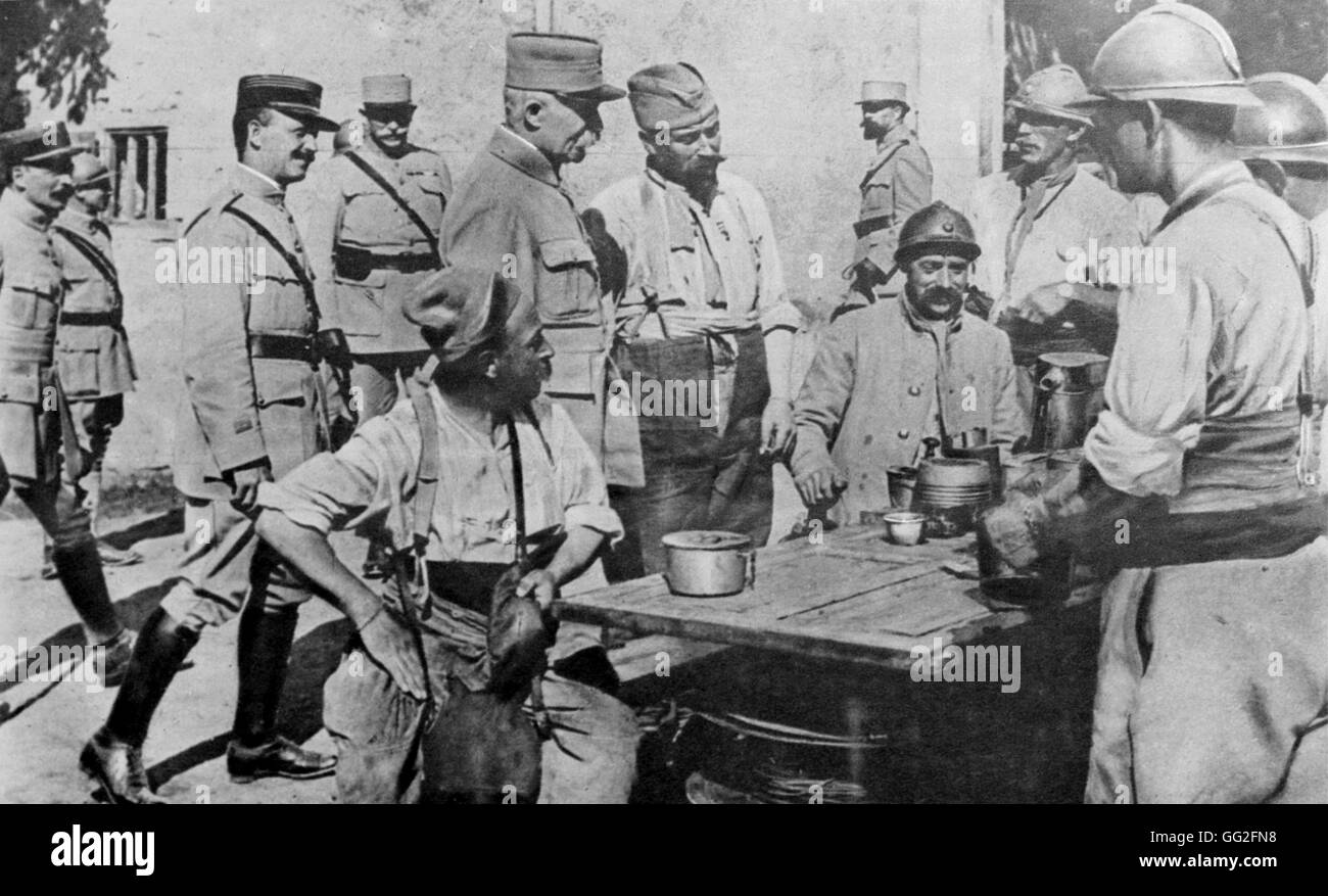 First World War. General Petain arrives among the soldiers at soup time. 14/10/1917 - Stock Image