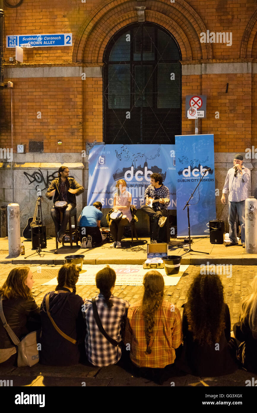 audience listening to Dublin City Buskers, Temple Bar, Dublin, Ireland - Stock Image