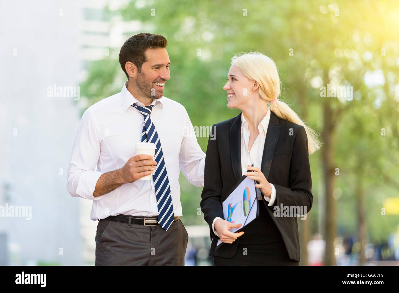 Business people having a coffee break in financial district - Stock Image