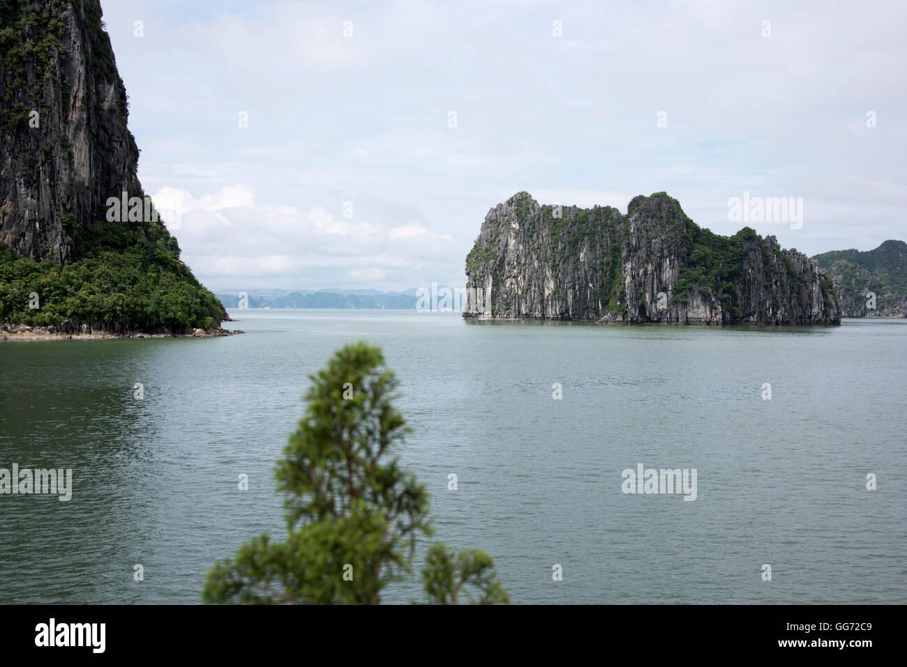 Islands in Ha Long Bay, north Vietnam. - Stock Image