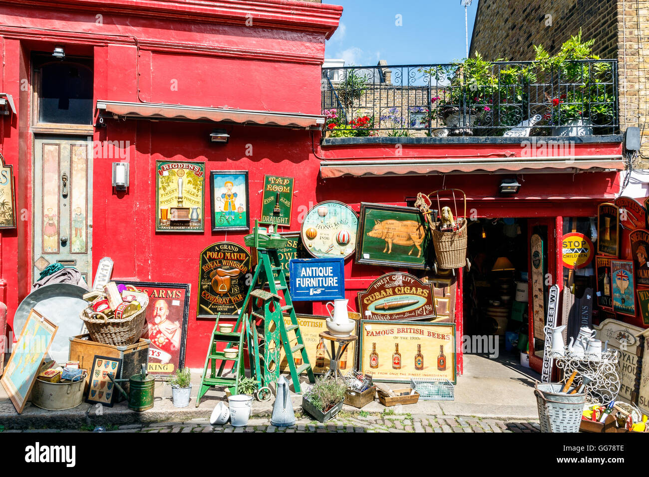 Antique shop at Portobello Road Market in Notting Hill, London - Stock Image