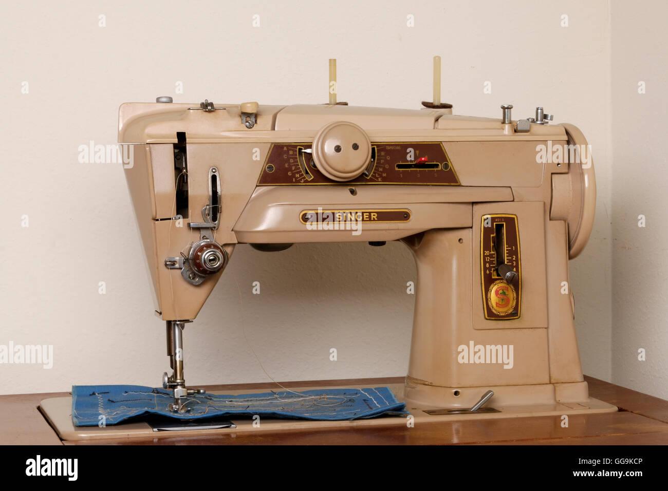 1960's Singer Sewing Machine Stock Photo: 113309526 - Alamy
