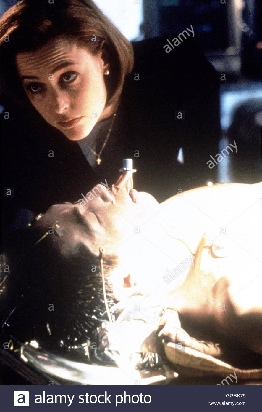 AKTE X - DIE UNHEIMLICHEN FÄLLE DES FBI / Sporen (The X-Files) USA 1999 / Fox Mulder und Dana Scully finden - Stock Image
