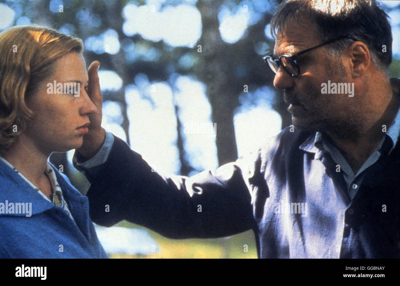 ABSCHIED / The Farewell D 2000 / Jan Schütte An einem der letzten Sommertage kurz vor seinem Tod im Jahr 1956 ist Bertolt Brecht in seiner Villa, umgeben von der Familie, engen Freunden und Geliebten. Er lässt sein Leben Revue passieren, denkt über den derzeitigen politischen Aufruhr wegen Stalins Tod nach und blickt auf seine Rolle als einflussreicher Dramatiker zurück... Foto: Bertolt Brecht (JOSEF BIERBICHLER), Barbara Brecht (BIRGIT MINICHMAYR) Regie: Jan SchŸtte aka. The Farewell Stock Photo