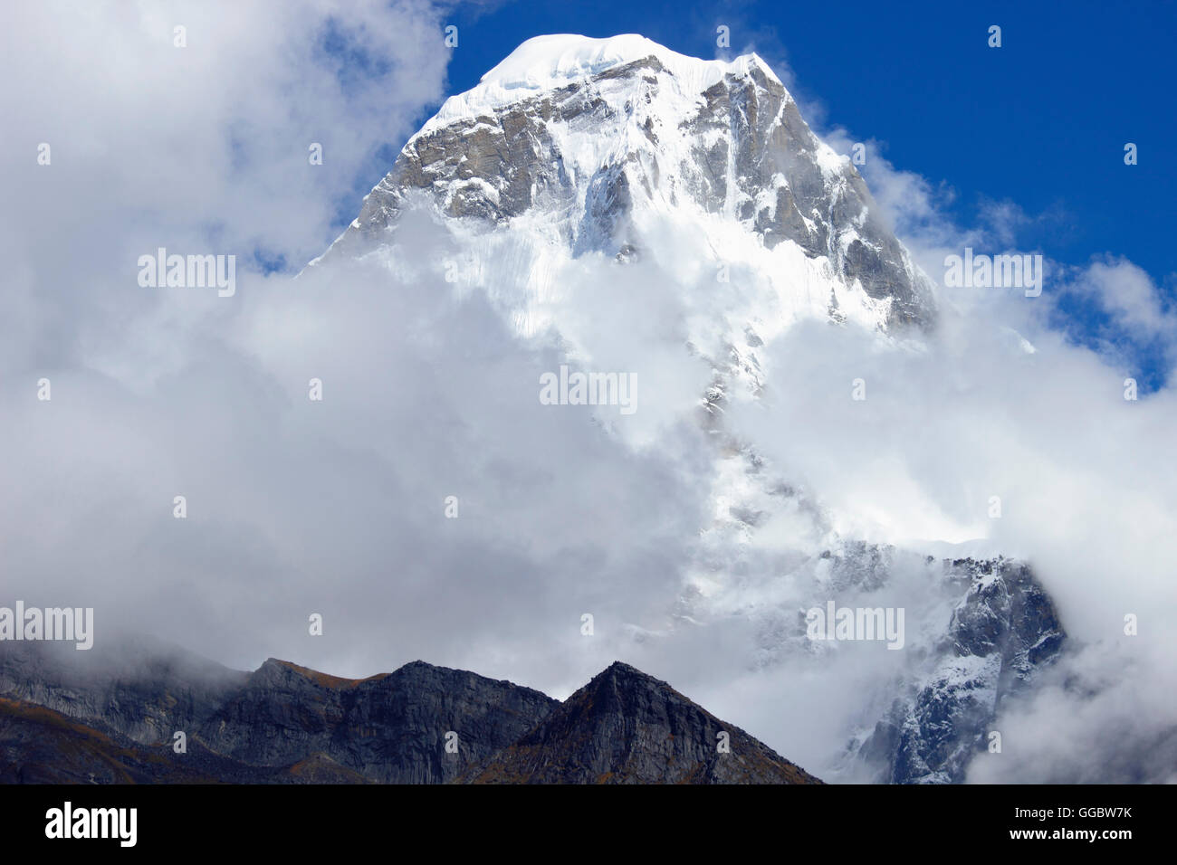 View of Kusom Khangkaru ( Charpata holy Mountain) - on route Tangnag-Hinku valey - Stock Image