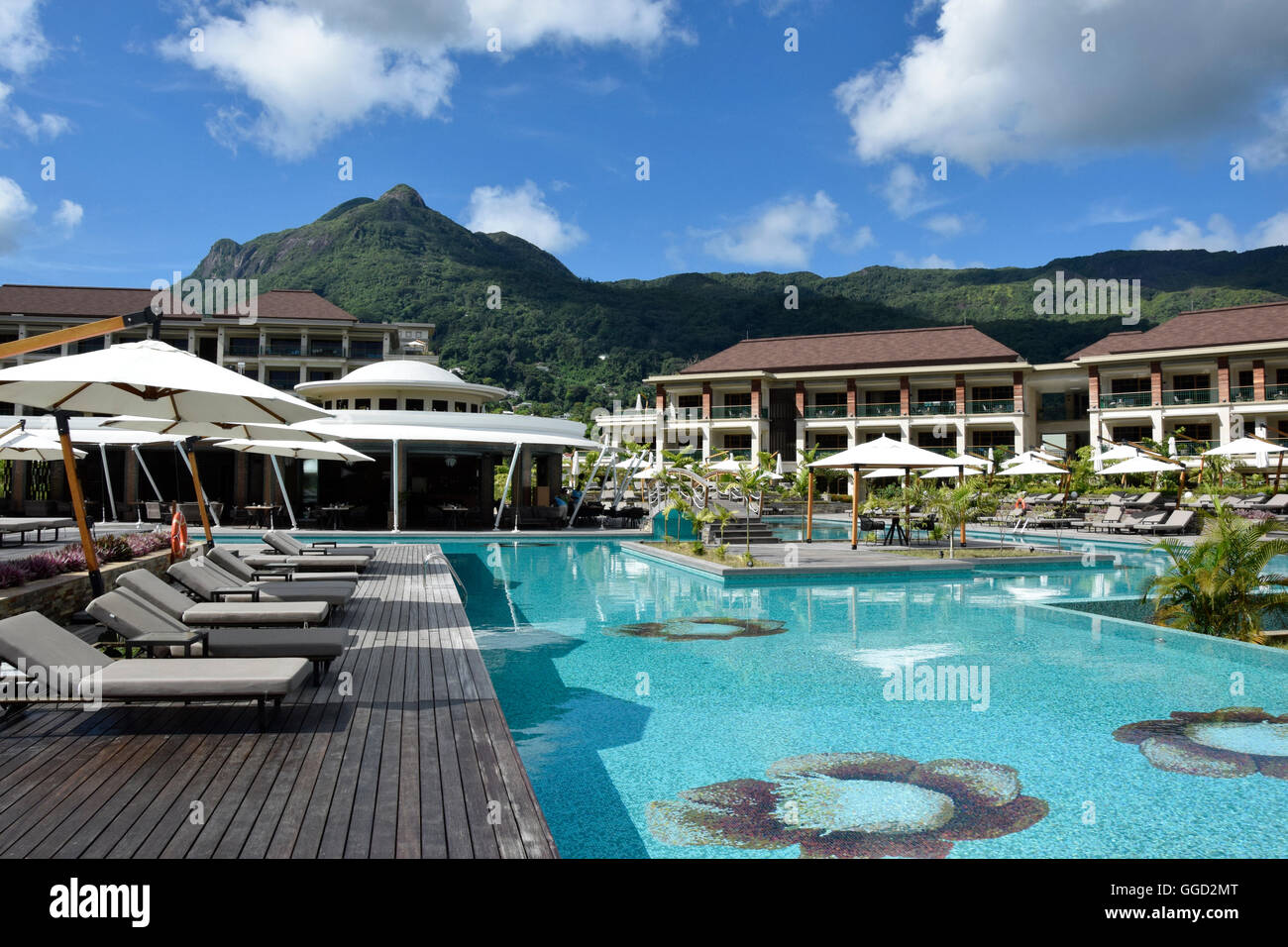 geography / travel, Seychelles, hotel Savoy, loungers,Mahe, pool, sunshades, Additional-Rights-Clearance-Info-Not - Stock Image