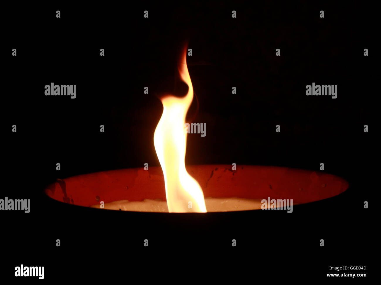 feuer fire night darkness candle light atmosphere grief mounring symbol symbolic gedenken feuerschale - Stock Image