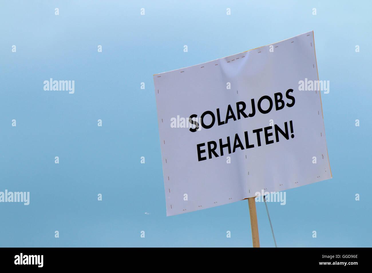 'Solarjobs erhalten' - Protestplakat auf Demonstration fuer regenerative Energien, 2. Juni 2016, Berlin - Stock Image